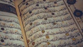 Alfabeto árabe en Al Quran Book imagen de archivo libre de regalías