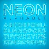 Alfabeto al neon luminoso su fondo blu Lettera, numero e simbolo di vettore con effetto brillante di incandescenza stratificato s Fotografia Stock Libera da Diritti