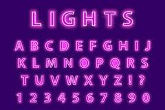 Alfabeto al neon rosa d'avanguardia moderno su un fondo porpora Fonte d'ardore delle lettere del LED Numero luminescente Vettore Immagini Stock