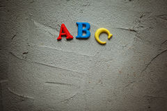 Alfabeto colorido ABC en fondo gris Imagen de archivo libre de regalías