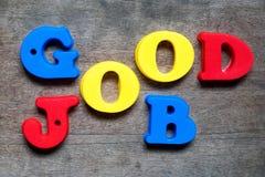 Alfabeto da cor no bom trabalho da palavra no fundo de madeira imagem de stock