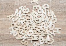 Alfabeto de ABC de la visión superior en el fondo de madera Fotografía de archivo libre de regalías