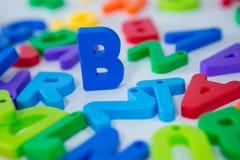 Alfabeto de B que se coloca entre el alfabeto del juguete Fotografía de archivo
