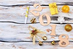 Alfabeto 2018 de la Feliz Año Nuevo en fondo de madera Foto de archivo libre de regalías