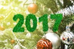 Alfabeto 2017 de la hierba verde en bola de la Navidad con en el perno foto de archivo