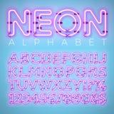 Alfabeto de néon brilhante no fundo azul Letra, número e símbolo do vetor com o efeito brilhante do fulgor mergulhado separado ilustração stock