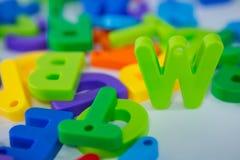 Alfabeto de W que se coloca entre el alfabeto del juguete Fotos de archivo libres de regalías
