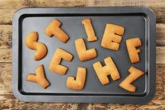 Alfabeto del biscotto sul vassoio di cottura Immagine Stock