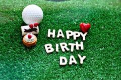 Alfabeto del feliz cumpleaños en la hierba verde para el cumpleaños del golfista fotografía de archivo