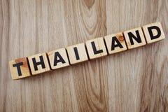 Alfabeto delle lettere di parola della Tailandia su fondo di legno fotografie stock
