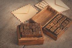 Alfabeto di legno dei bolli e buste dell'annata Immagini Stock Libere da Diritti