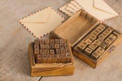 Alfabeto di legno dei bolli e buste dell'annata Fotografia Stock Libera da Diritti
