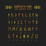 Alfabeto di Rune Simboli antichi occulti Immagini Stock