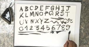 Alfabeto e numero di scrittura con inchiostro nero su pape bianco royalty illustrazione gratis