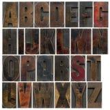 Alfabeto en viejo tipo de madera oscuro fotografía de archivo