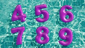 Alfabeto fatto dell'anello gonfiabile a forma di di nuotata che galleggia in una piscina blu di rinfresco royalty illustrazione gratis