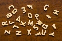 Alfabeto feito das letras do macarrão isoladas no fundo de madeira Foto de Stock Royalty Free