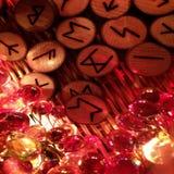 Alfabeto germanico dei norvegesi di Druidic di simboli di legno antichi Divinatory di mitologia Fotografie Stock Libere da Diritti