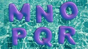 Alfabeto hecho del anillo inflable formado de la nadada que flota en una piscina azul de restauración stock de ilustración