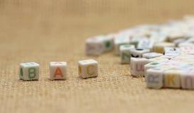 Alfabeto inglés del ABC en fondo de la arpillera Imagen de archivo libre de regalías