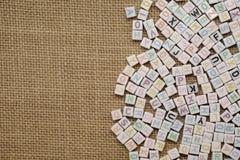 Alfabeto inglés del ABC en la arpillera como fondo Imagen de archivo libre de regalías