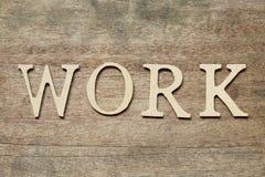 Alfabeto inglés en lugar de trabajo de la palabra en el fondo de madera fotos de archivo libres de regalías