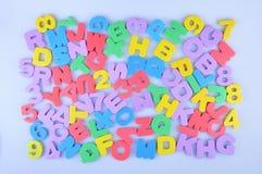 Alfabeto inglés y números coloridos al azar Imagen de archivo libre de regalías