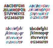 Alfabeto latino coloreado Fuente del ` s de los niños en estilo lindo de la historieta Letras mayúsculas y mayúsculas y números Fotos de archivo