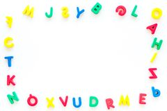 Alfabeto para el concepto de los niños Letras inglesas en desorden en el espacio blanco de la copia de la opinión superior del fo imágenes de archivo libres de regalías