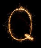Alfabeto Q da luz do fogo de artifício do chuveirinho (letras principais) na noite Foto de Stock