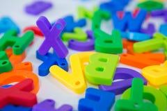 Alfabeto x que se coloca entre el alfabeto del juguete Imagenes de archivo