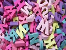 Alfabeto variopinto casuale dello scritto tipografico con la vista superiore della copia dello spazio su fondo di legno stock footage