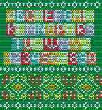 Alfabeto variopinto ed ornamento senza cuciture tricottato illustrazione vettoriale