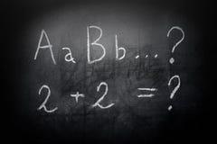 Alfabeto y ecuación de ABC del concepto de la educación en la pizarra Imagenes de archivo