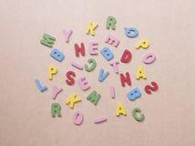 Alfabetos coloridos en el papel marrón Fotos de archivo
