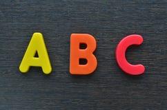 Alfabetos de ABC (fondo de madera de la textura) Imagen de archivo libre de regalías