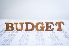 Alfabetos de madeira do orçamento em relatórios anuais da contabilidade fotografia de stock