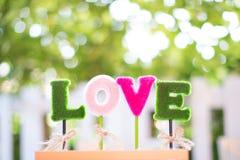 Alfabetos l, o, v, e el amor de la palabra para la decoración muestras del día de San Valentín y de la luna de miel del dulce fotografía de archivo