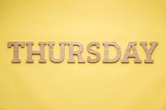 Alfabettendag van de week over groene achtergrond Het letterzetsel streeft na Stock Afbeelding