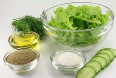 Alface em uma bacia de salada transparente de vidro com especiarias Fotos de Stock Royalty Free