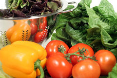 Alface, tomates, pimenta e Colander Imagem de Stock Royalty Free