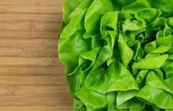 Alface verde fresca das hortaliças em claro - placa marrom do bacalhau do fundo foto de stock royalty free