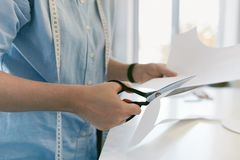 Alfaiate Cutting Sewing Pattern com tesouras fotos de stock royalty free