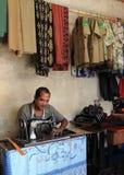Alfaiate de trabalho duro em Bajawa Flores Foto de Stock