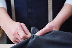 Alfaiate especializado Stitching Seams no vestuário feito sob encomenda Foto de Stock Royalty Free