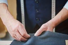 Alfaiate experiente Stitching Seams no vestuário feito sob encomenda Foto de Stock Royalty Free