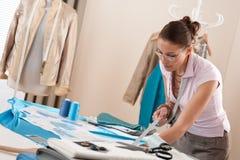 Alfaiate profissional que trabalha com esboços da forma Foto de Stock Royalty Free