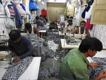 Alfaiates no precário de Dharavi, Mumbai, Índia Foto de Stock