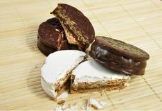 Alfajor de chocolat et de sucre en poudre Photographie stock libre de droits