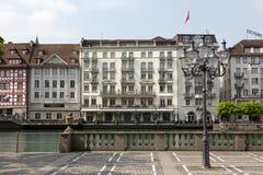 Alfalfa, edificios abajo por el río Reuss Fotografía de archivo libre de regalías